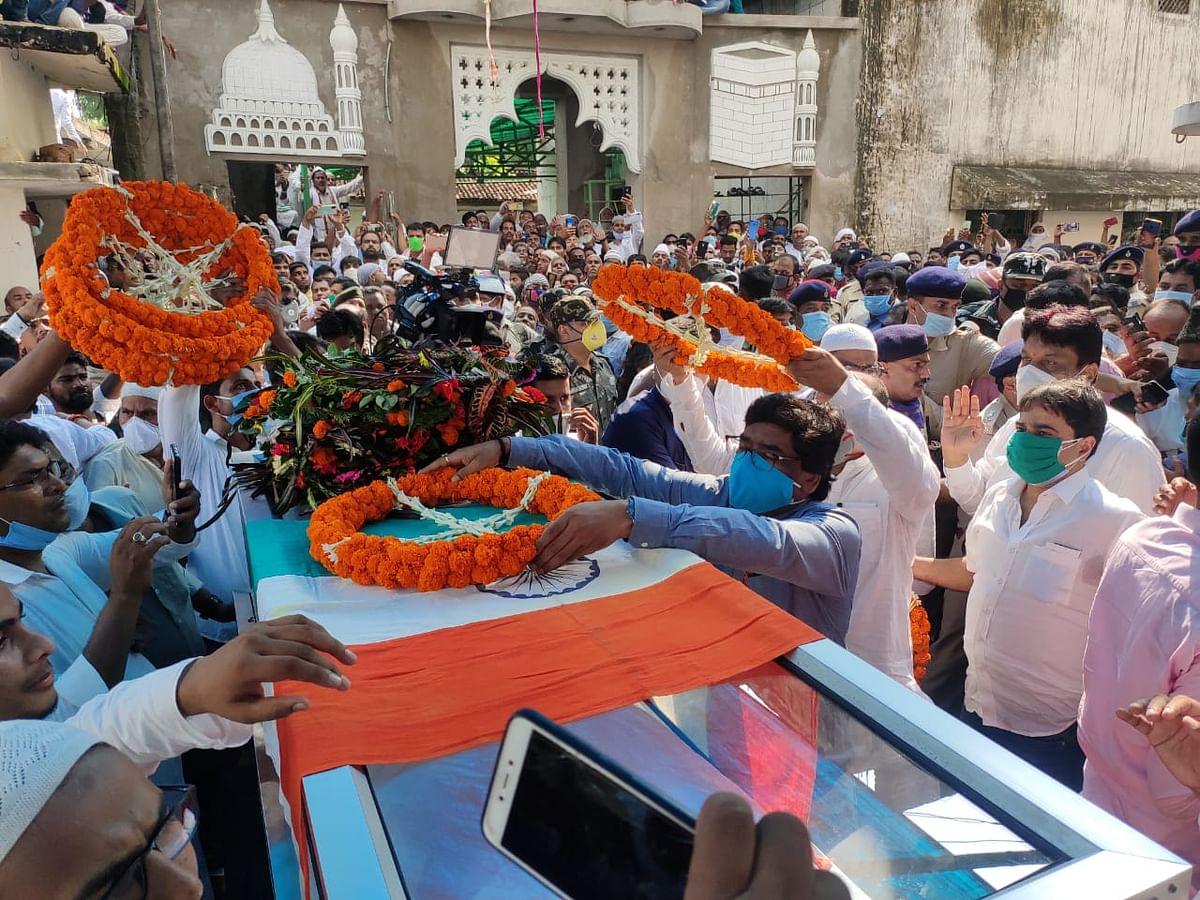 तिरंगा में लिपटे हाजी हुसैन अंसारी के पार्थिव देह पर मुख्यमंत्री हेमंत सोरेन ने पुष्पों की माला चढ़ायी.