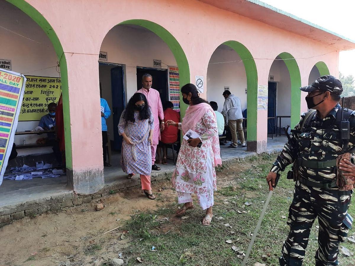 भाजपा उम्मीदवार श्रेयसी सिंह कुछ इस तरह मतदान के लिए बूथ पर पहुंचीं.