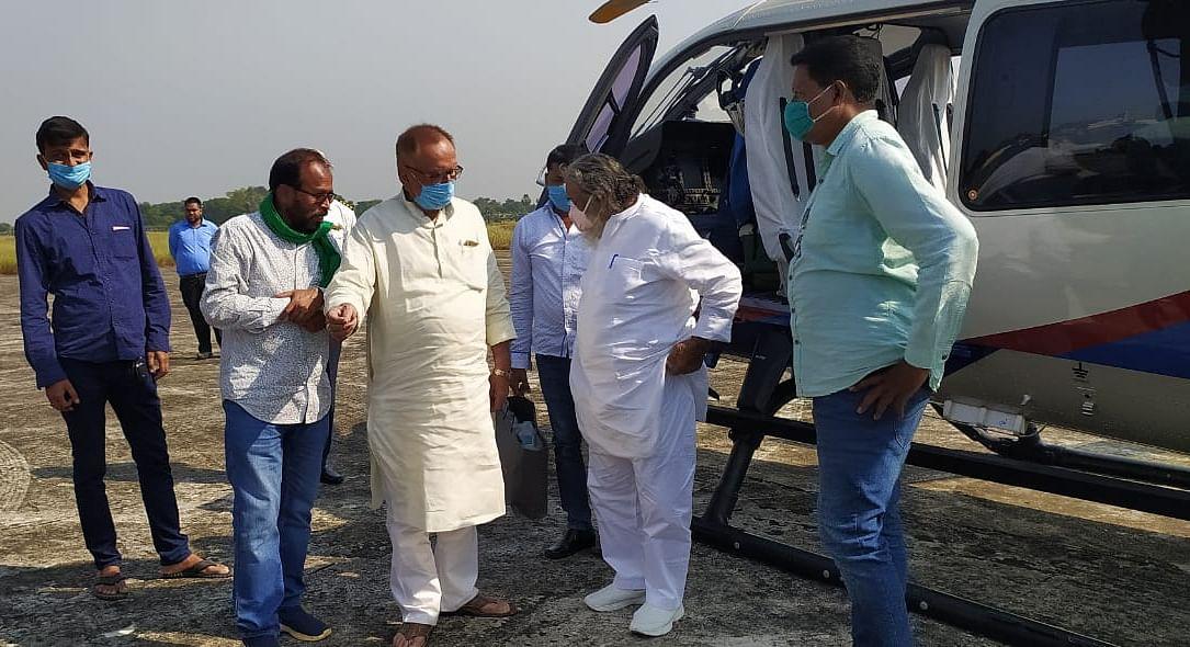 हेलीकॉप्टर से दुमका पहुंचे झारखंड के पूर्व मुख्यमंत्री और झारखंड मुक्ति मोर्चा के सुप्रीमो शिबू सोरेन.