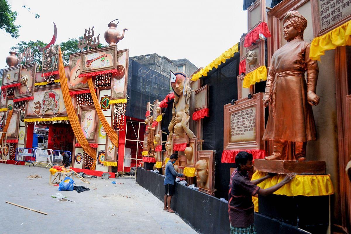 श्रद्धालुओं को आकर्षित करने के लिए पूजा आयोजकों ने अपने पंडाल में की है विशेष साज-सज्जा.