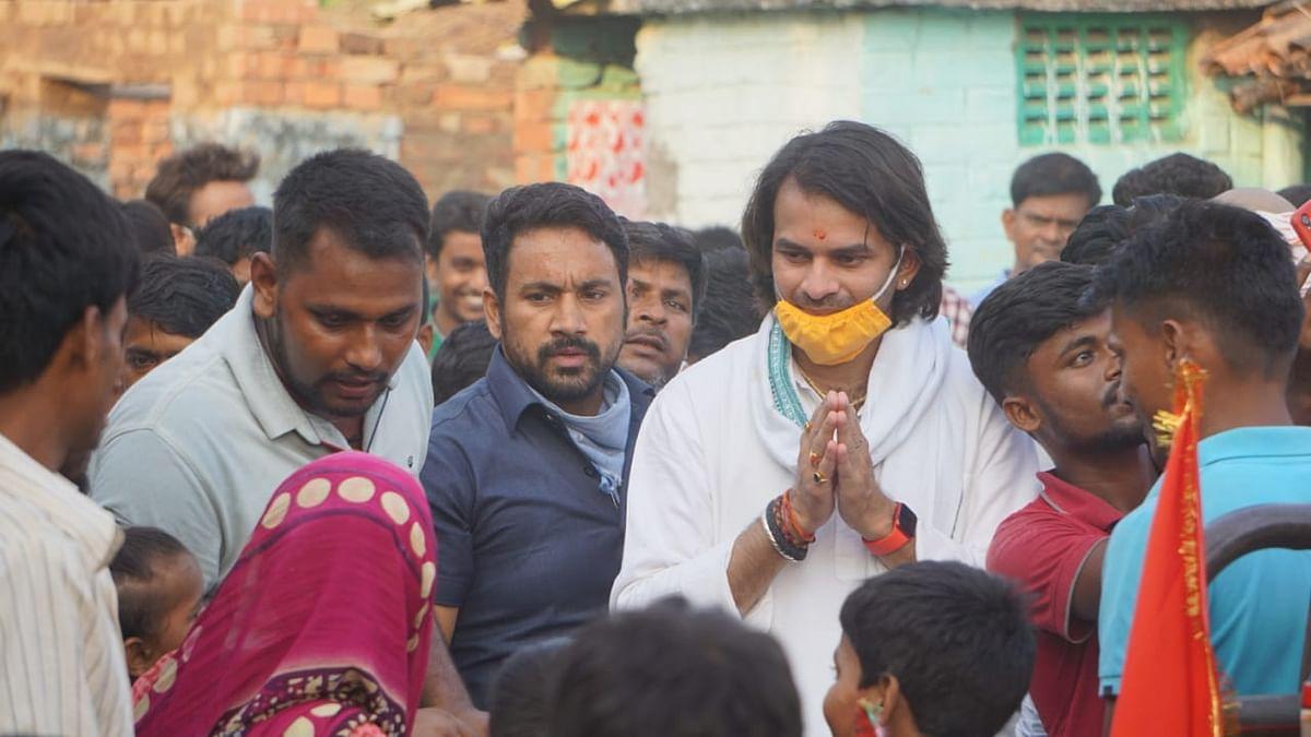 हसनपुर में चुनाव प्रचार करते तेजप्रताप यादव