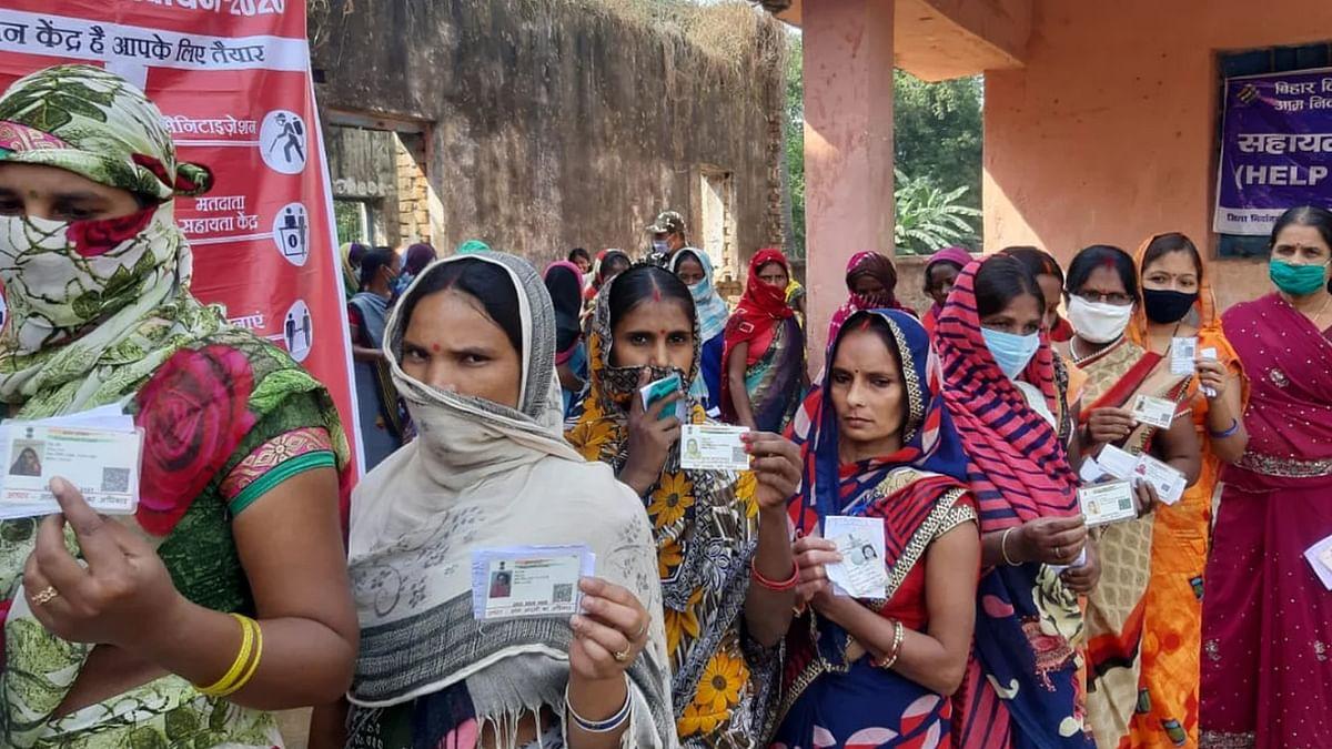 Bihar Election 2020: इन विधान सभा क्षेत्रों में मतदान की रेस में पुरुषों से आगे निकली महिलाएं, जानें 2015 के मुकाबले कितना पड़ा वोट