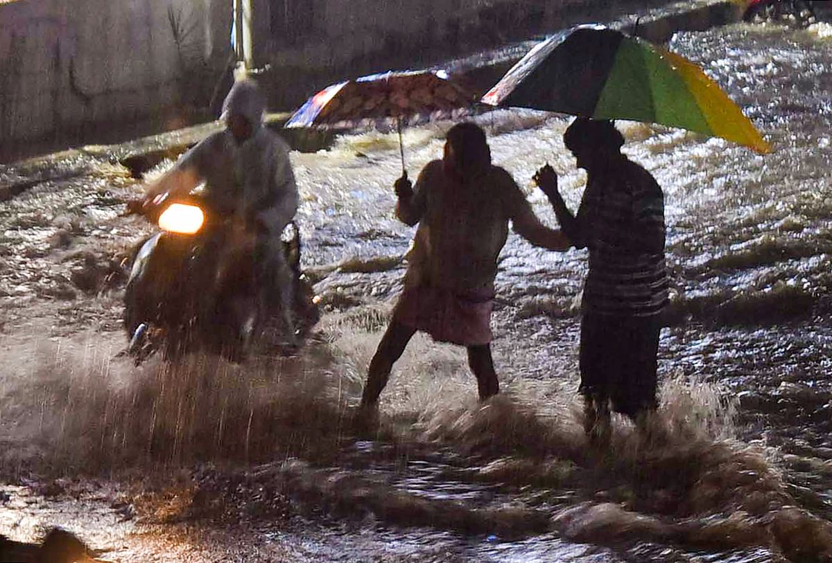 Weather Forecast Today LIVE Updates : साइक्लोन निवार का कहर, इन इलाकों में भारी बारिश की चेतानी, कई इलाकों में भारी तबाही