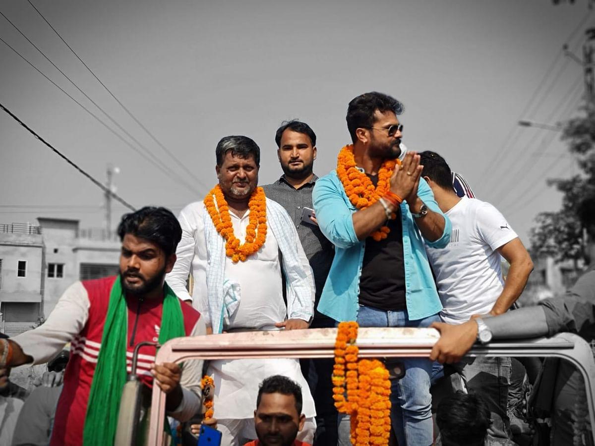 Video : Khesari Lal Yadav के रोड शो में सेल्फी लेने की होड़, Bihar Election में तेजस्वी यादव के लिये मांग रहे थे वोट