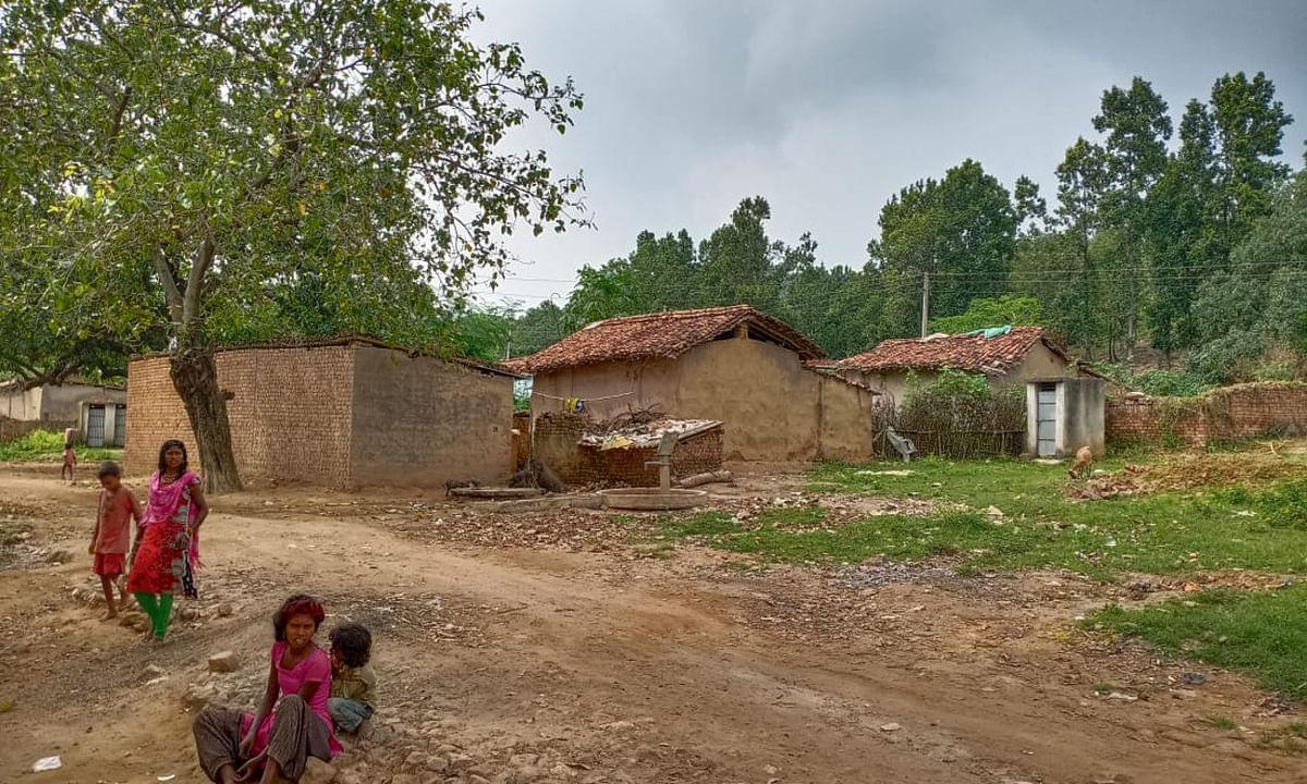 पीएम आदर्श ग्राम मोतरा का हाल बेहाल, आज भी झुग्गियों में रहने को मजबूर हैं ग्रामीण
