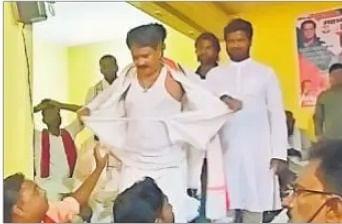 Bihar Election Update 2020 : कांग्रेस उम्मीदवार का कुर्ता फाड़ शपथ, जब तक रोसड़ा जिला नहीं बनेगा, सिर्फ पहनूंगा धोती