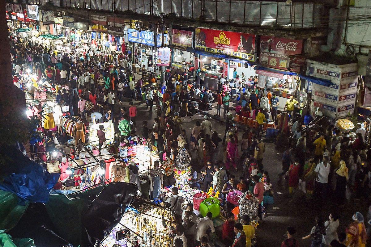 Durga Puja 2020: कोरोना की परवाह नहीं, दुर्गा पूजा से पहले कोलकाता के बाजारों में भीड़ उमड़ी
