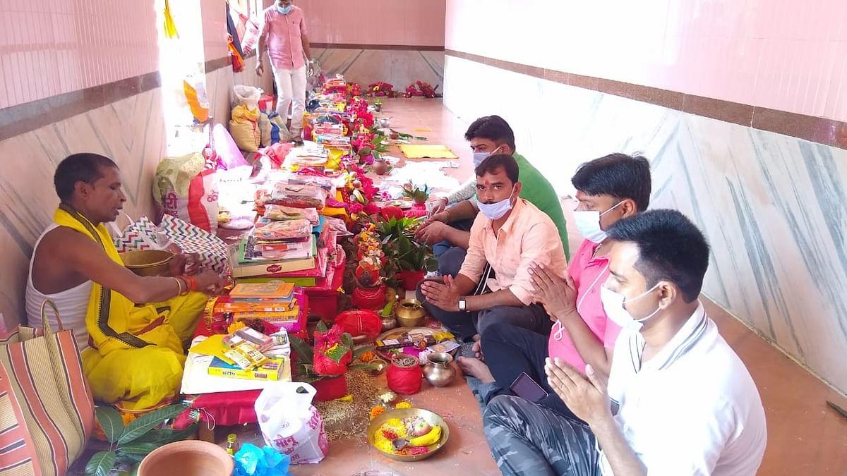 दुर्गा पूजा के पहले दिन चतरा स्थित इटखोरी के भद्रकाली मंदिर में पूरे विधि-विधान से शुरू हुई पूजा-अर्चना.