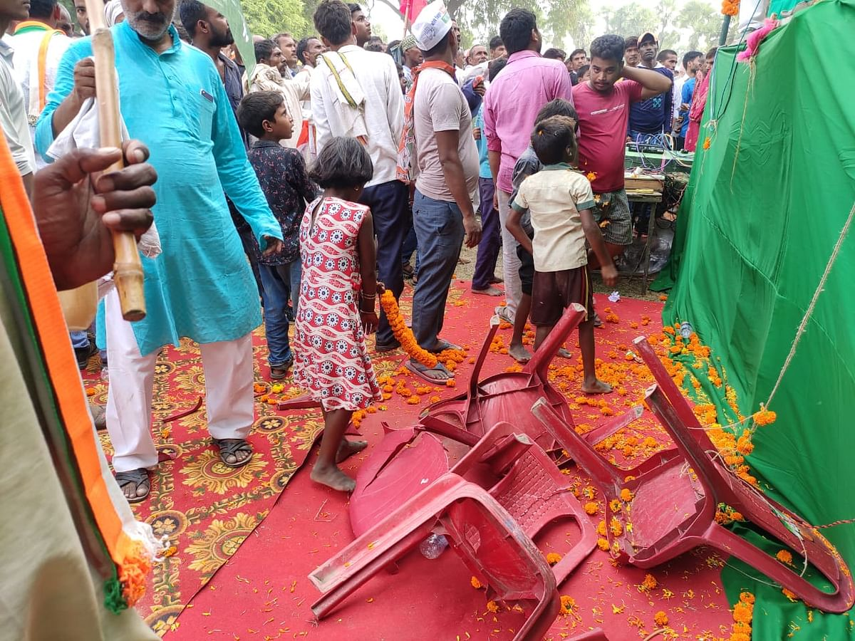 Bihar Election 2020 : अव्यवस्था की भेंट चढ़ी तेजस्वी की रैली, बिखरी कुर्सियों के बीच बिना माइक ही लोगों को किया संबोधित