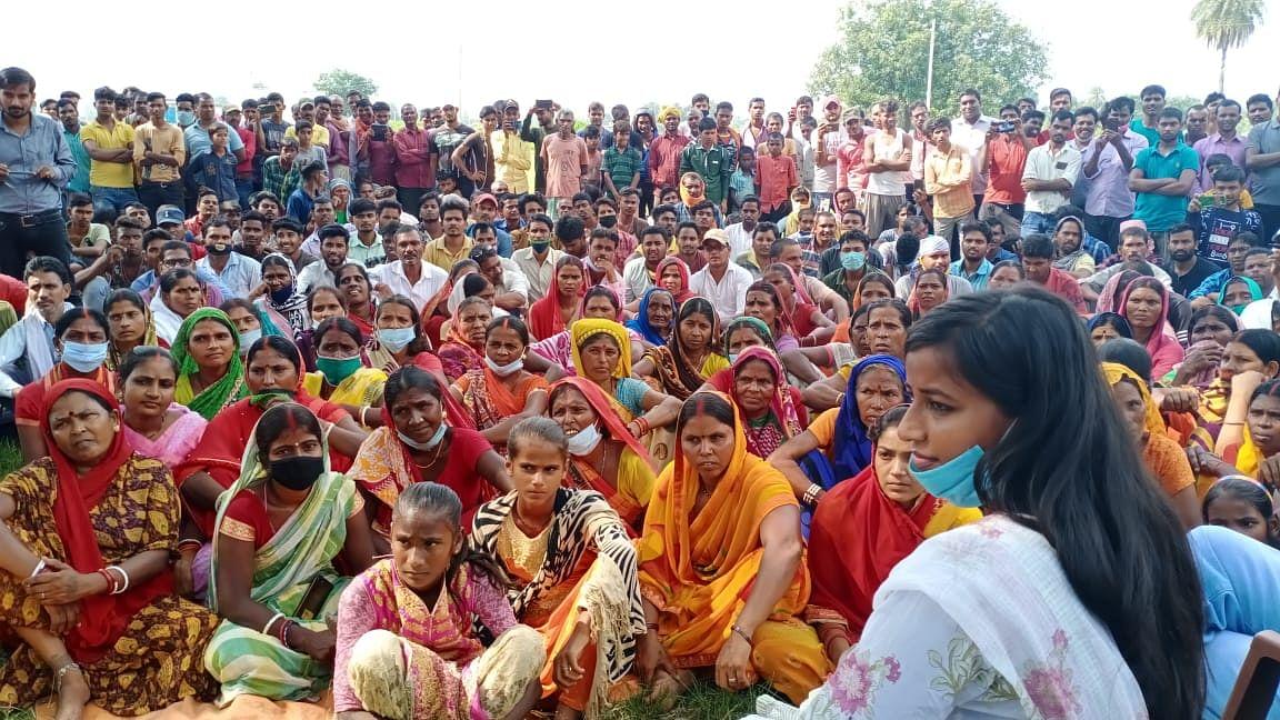 Jharkhand News: कोल डंप में आग से आपदा की आशंका, रैयतों ने पूछा : कोयले की चिंता है, पेट में लगी आग की नहीं?