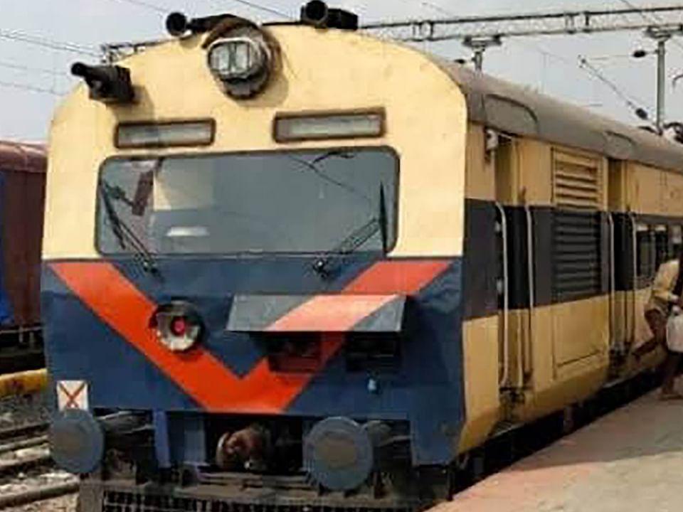 Indian Railways/IRCTC/Train News : मासिक सीजन टिकट नहीं मिलने से 60 हजार दैनिक यात्री परेशान, तीन से चार गुना अधिक हो रहा खर्च