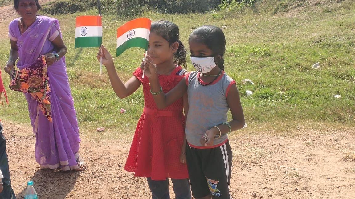 हाथ में तिरंगा लेकर शहीद अभिषेक का स्वागत करतीं बच्चियां