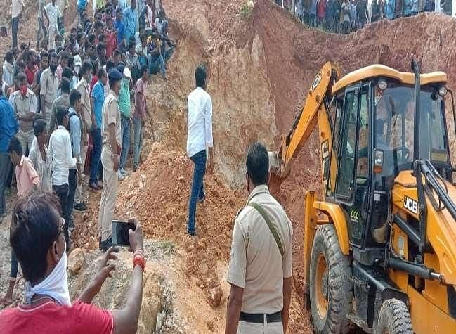 Breaking News: झारखंड में पहाड़ी धंसने से आधा दर्जन से अधिक महिलाएं दबीं, तीन की मौत