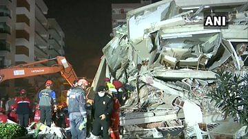 Earthquake Hits Turkey : तुर्की में भूकंप के बाद भी 196 बार कांपी धरती, बिल्डिंगों से कूदते नजर आये लोग, देखें कितना भयावह था मंजर