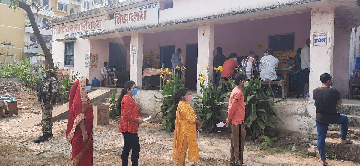 Bihar Election 2020 Update from Muzaffarpur: उत्तर बिहार में बंपर वोटिंग, बिहार सरकार के 12 मंत्रियों की किस्मत EVM में कैद, यहां पढ़िए हर सीटों का अपडेट