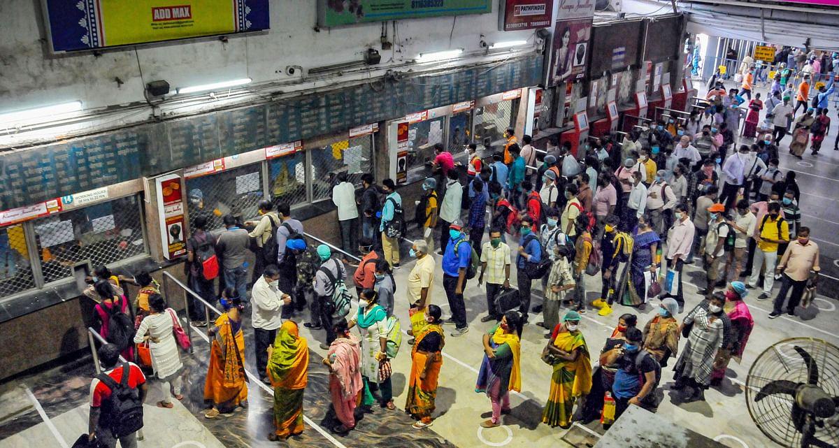रेलवे की ओर से स्टेशनों पर सोशल डिस्टैंसिंग का अनुपालन कराने की व्यवस्था की गयी थी.