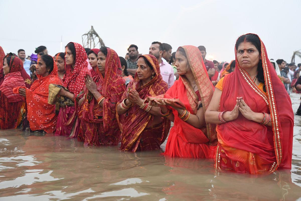 राजधानी में छठ पूजा, खरीदारी के लिए उमड़ी भीड़, तसवीरों में देखिए पटना का मिजाज