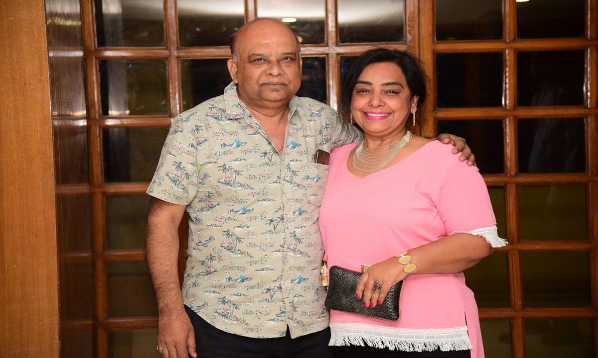 Jharkhand news : पत्नी मीनू सिंह के साथ लोहांचल निवासी प्रदीप सिंह.
