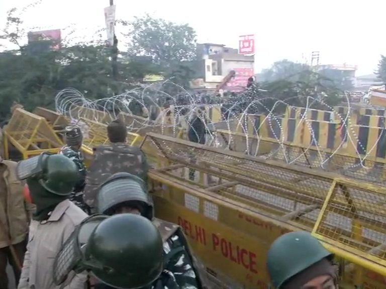 Farmers Protest Live : दिल्ली कूच करने की जिद पर अड़े किसान, ठंड में बार्डर पर गुजारी रात
