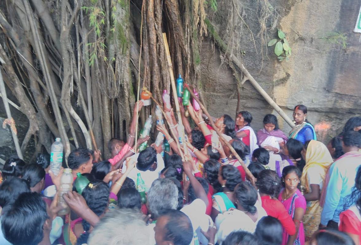 Jharkhand News: जड़ी-बूटी का भंडार है लुगु पर्वत, बरगद पेड़ की जड़ से टपकता है पेट के रोगों को दूर करने वाला पानी