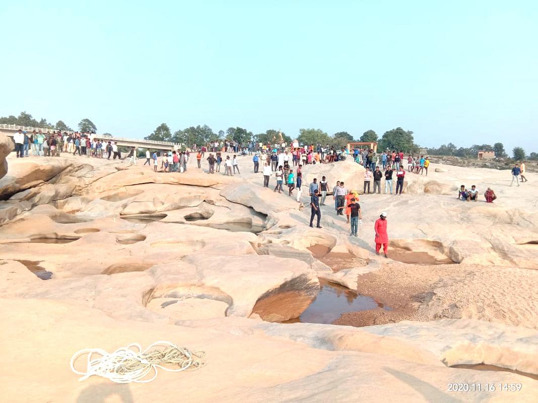 गुमला जिला में हीरादह नदी के तट पर दिन भर लोगों की भीड़ लगी रही.