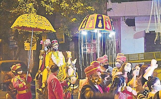 कोरोनाकाल में हुई अनोखी शादी, दुल्हा-दुल्हन को कोरोना से बचाव का दिलाया वचन, बरातियों पर इत्र की जगह छिड़का गया सैनिटाइजर