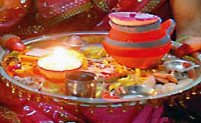 Karwa Chauth Puja Vidhi, Muhurat, Moon Timing : दिखा करवा चौथ का चांद, व्रतियां ने खोला व्रत