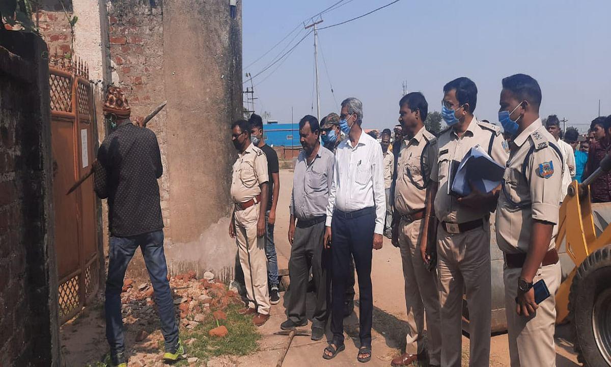 चितरपुर में हत्या के आरोपी मोजफ्फर खान के घर की हुई कुर्की जब्ती, जानें कितने सामानों की हुई बरामदगी