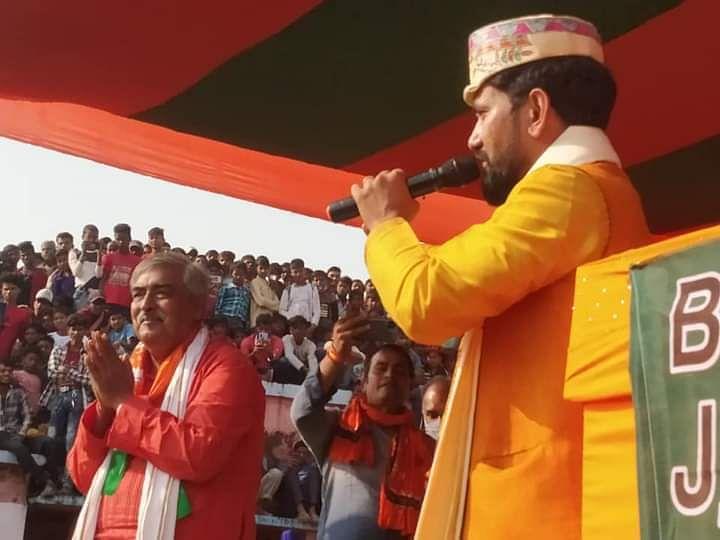 BJP के लिए रैली करने पहुंचे निरहुआ, गुस्साई भीड़ ने किया हंगामा तो पुलिस को करना पड़ा लाठीचार्ज