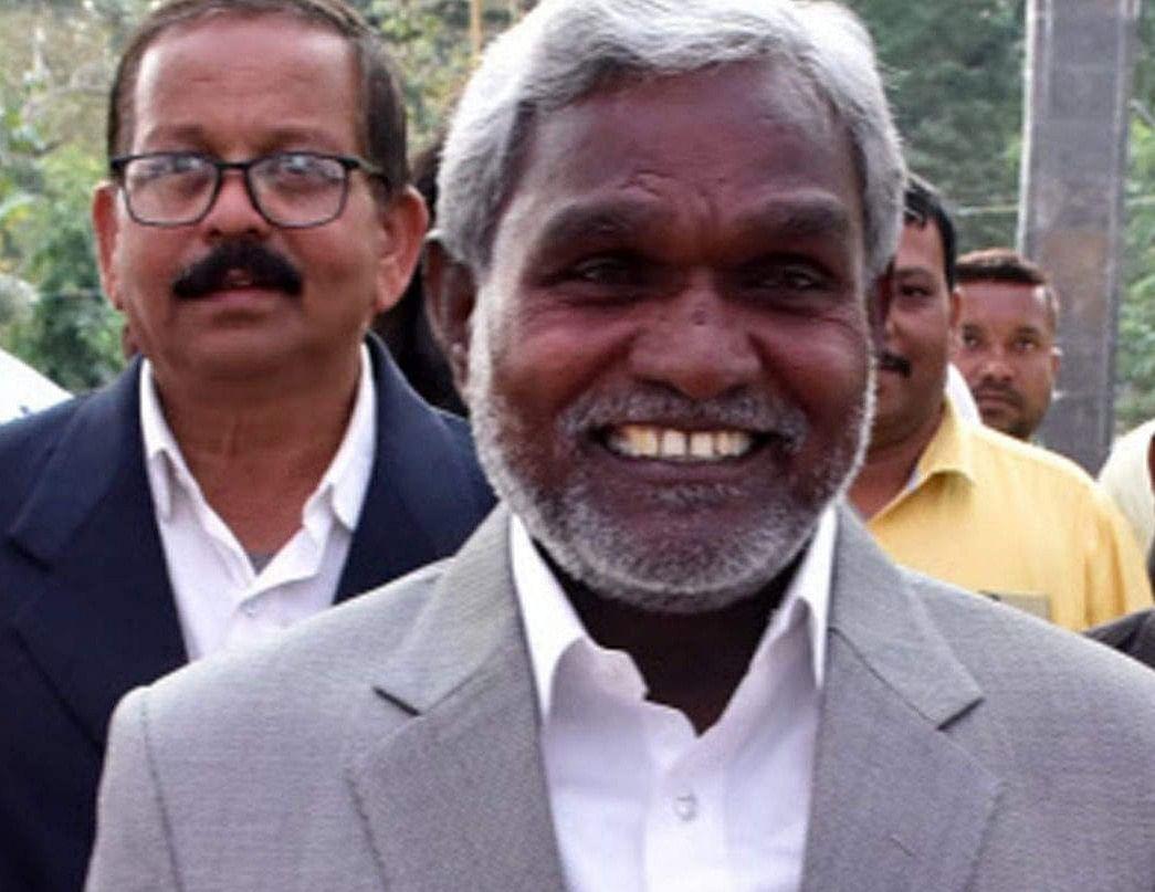 jharkhand news : बिना हेलमेट पकड़ी गयीं परिवहन मंत्री की बेटी, धरने पर बैठीं, बिना जुर्माना छोड़ा गया
