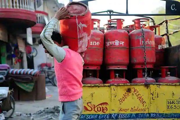 LPG Cylinder Subsidy: LPG के ग्राहकों को मिलती रहेगी सब्सिडी ! सरकार ने दिया बड़ा बयान