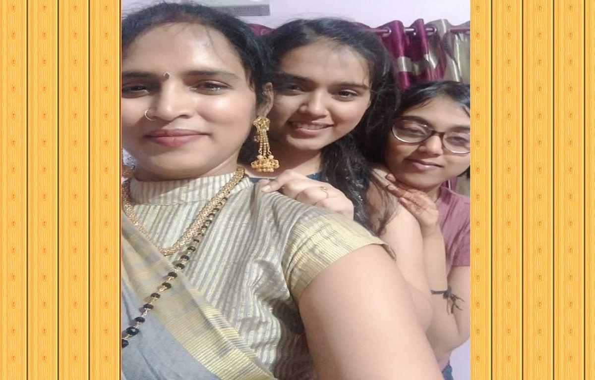 Jharkhand news : झारूडीह की छठ व्रती आरती सिंह अपनी बेटियों के साथ.