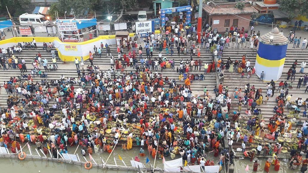 Chhath Puja 2020: पटना में डूबते सूर्य को अर्घ, उगने वाले भगवान भास्कर का इंतजार, तसवीरों में करें आस्था का दीदार