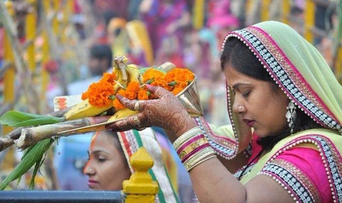 Chhath Puja Arag Time 2020: आज सूर्य को अर्घ्य देते समय पढ़ें यह मंत्र, यहां जानें अपने शहर का सूर्योदय और सूर्यास्त का सही समय...