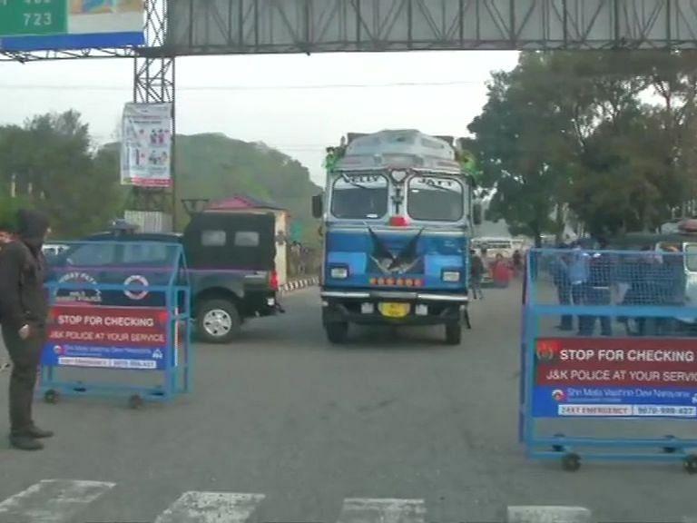 J&K: DDC चुनाव से पहले कश्मीर में दहशत फैलाने की साजिश नाकाम, चार आतंकी ढेर, भारी मात्रा में हथियार बरामद