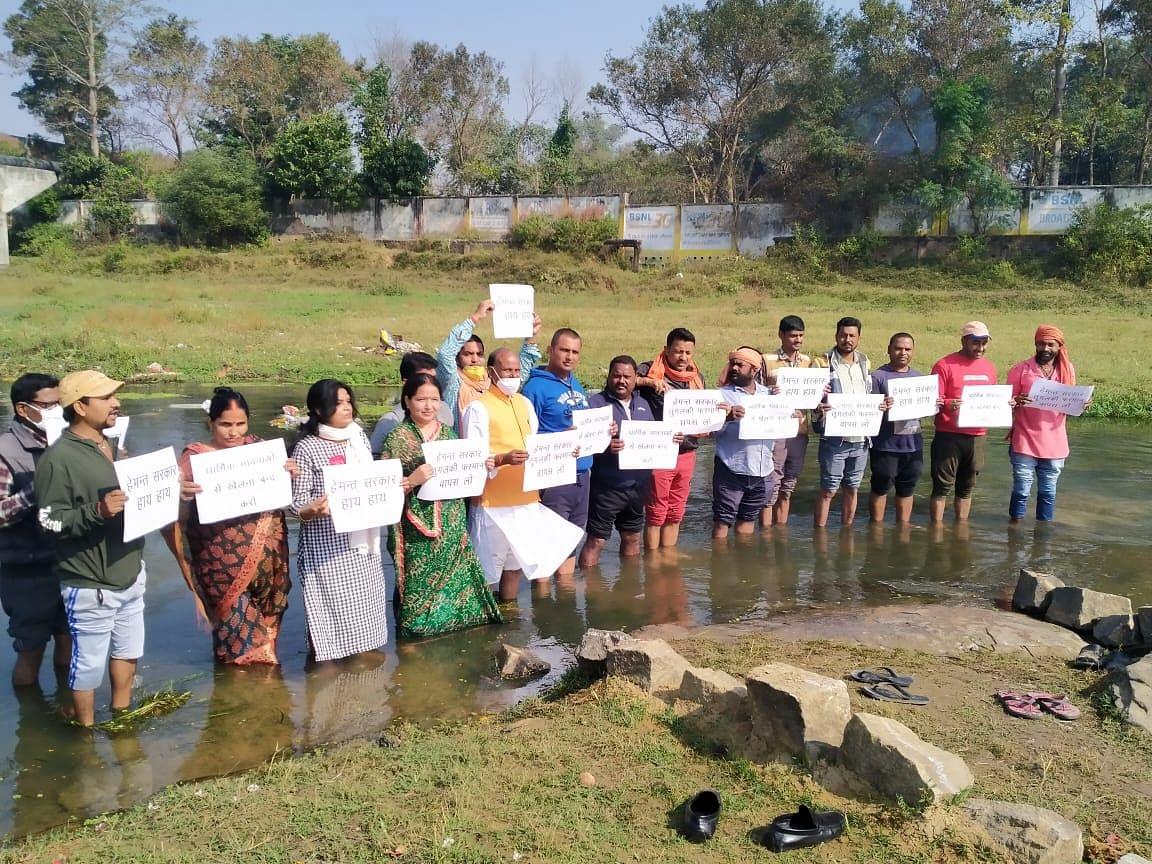 Chhath Puja 2020 : नदी में खड़े होकर भाजपा विधायक ने किया छठ गाइडलाइंस का विरोध, केंद्रीय मंत्री अर्जुन मुंडा बोले-तुगलकी फरमान पर पुनर्विचार करे हेमंत सरकार
