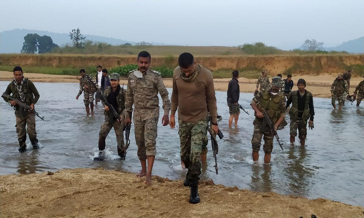 इनामी नक्सलियों की खोज में खुद मोर्चा संभाले गुमला एसपी, सर्च ऑपरेशन में नदी पार कर पैदल पहुंचे कई गांव