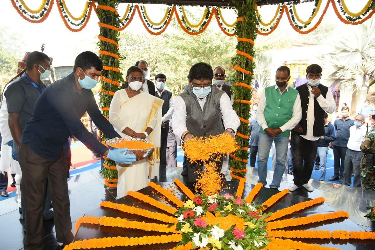 Jharkhan Foundation Day: राज्यपाल द्रौपदी मुर्मू और मुख्यमंत्री हेमंत ने बिरसा मुंडा को दी श्रद्धांजलि, लोगों को स्थापना दिवस की दी शुभकामनाएं