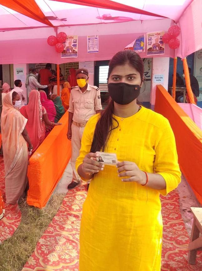 Bihar Chunav: बिहार में शनिवार की सुबह सात बजे से तीसरे और अंतिम चरण का मतदान जारी है. इस चरण में पहले और दूसरे चरण से ज्यादा उत्साह दिखाई दे रहा है. पहली बार वोट देने पहुंचे युवाओं में जबरदस्त जोश है. वहीं आधी आबादी ने पहले दो चरणों में पुरुषों से ज्यादा मतदान किया था. इस बार भी महिलाओं की कतार पुरुषों से ज्यादा दिखाई दे रही है. देखें तस्वीरें में कैसे चल रहा 15 जिलों के 78 विधानसभा क्षेत्रों में मतदान.