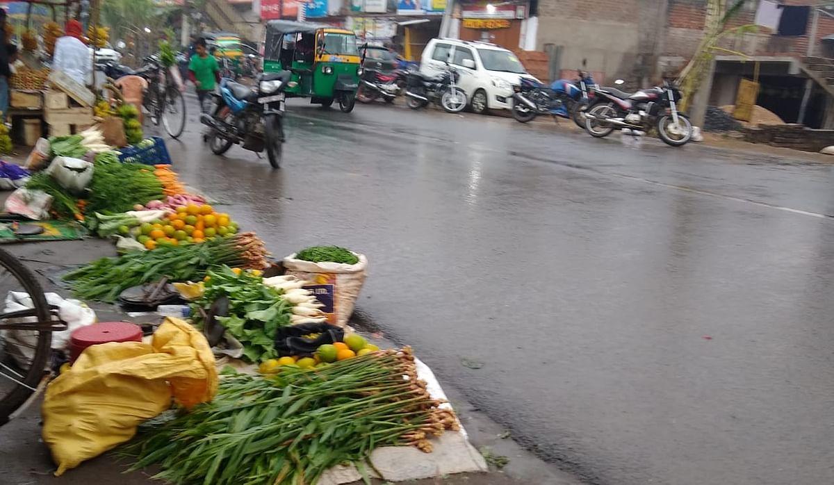 छठ महापर्व में विघ्न डाल रही बारिश, फल व पूजा सामग्रियों के विक्रेता मायूस