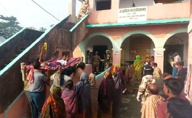 बिहार चुनाव: हाथ में स्लाइन और खटिया पर बदन, 100 साल के सुखदेव का मतदान के लिए गज़ब जुनून