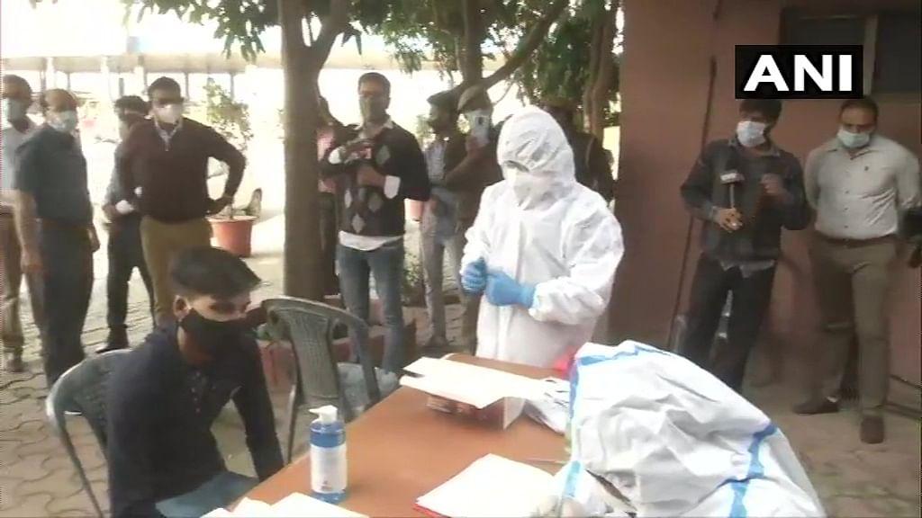 Coronavirus : बढ़ते कोरोना केस से डर, दिल्ली से नोएडा आने वालों का बॉर्डर पर हो रहा  रैंडम कोविड टेस्ट