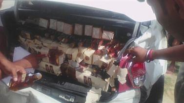 Patna News: पटना के पालीगंज में अंग्रेजी  शराब से भरी कार पलटी, ग्रामीणों में बोतल लूटने की मची होड़