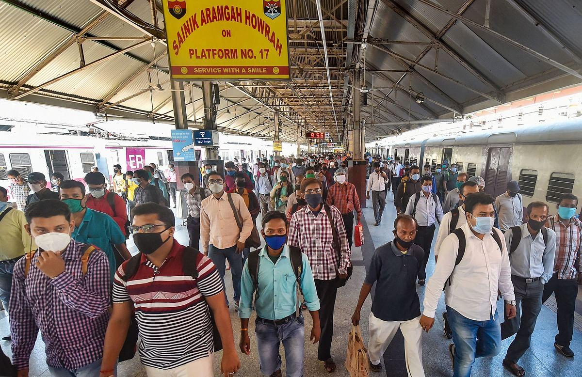 पहले दिन स्टेशनों पर उमड़ी यात्रियों की भीड़.