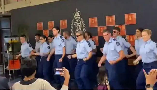 न्यूजीलैंड पुलिस ने 'काला चश्मा' और 'कर गई चुल' गाने पर किया जबर डांस, खूब देखा जा रहा है ये VIDEO