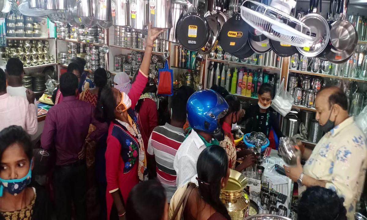 Jharkhand news : धनतेरस पर बर्तन के दुकानों में भी ग्राहकों की खूब रही भीड़.