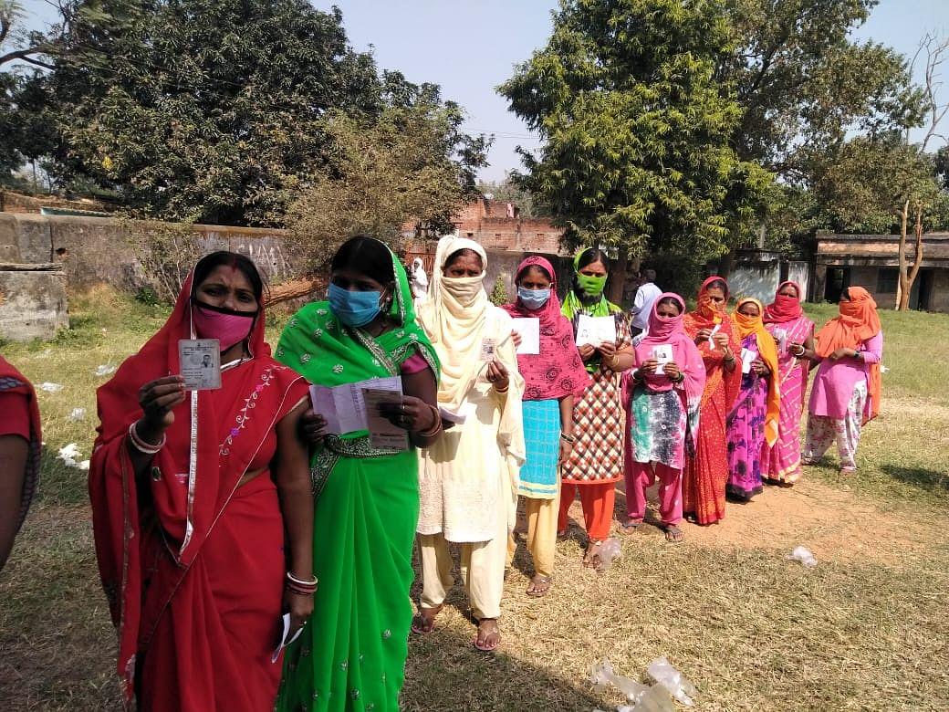 बेरमो में मतदान के लिए कतार में खड़ीं महिला वोटर्स