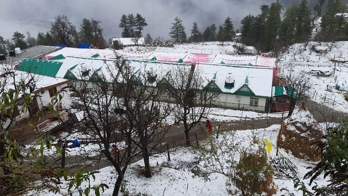 पहाड़ों में भारी बर्फबारी से फिर लौटी ठंड, दिल्ली-एनसीआर में आज भी बारिश, जानें अपने शहर में मौसम का हाल