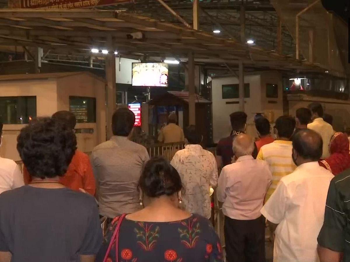 महाराष्ट्र में 8 महीने बाद खुले मंदिर के कपाट, दर्शन के लिए इन नियमों का करना होगा पालन, सिद्धिविनायक में उमड़े श्रद्धालु