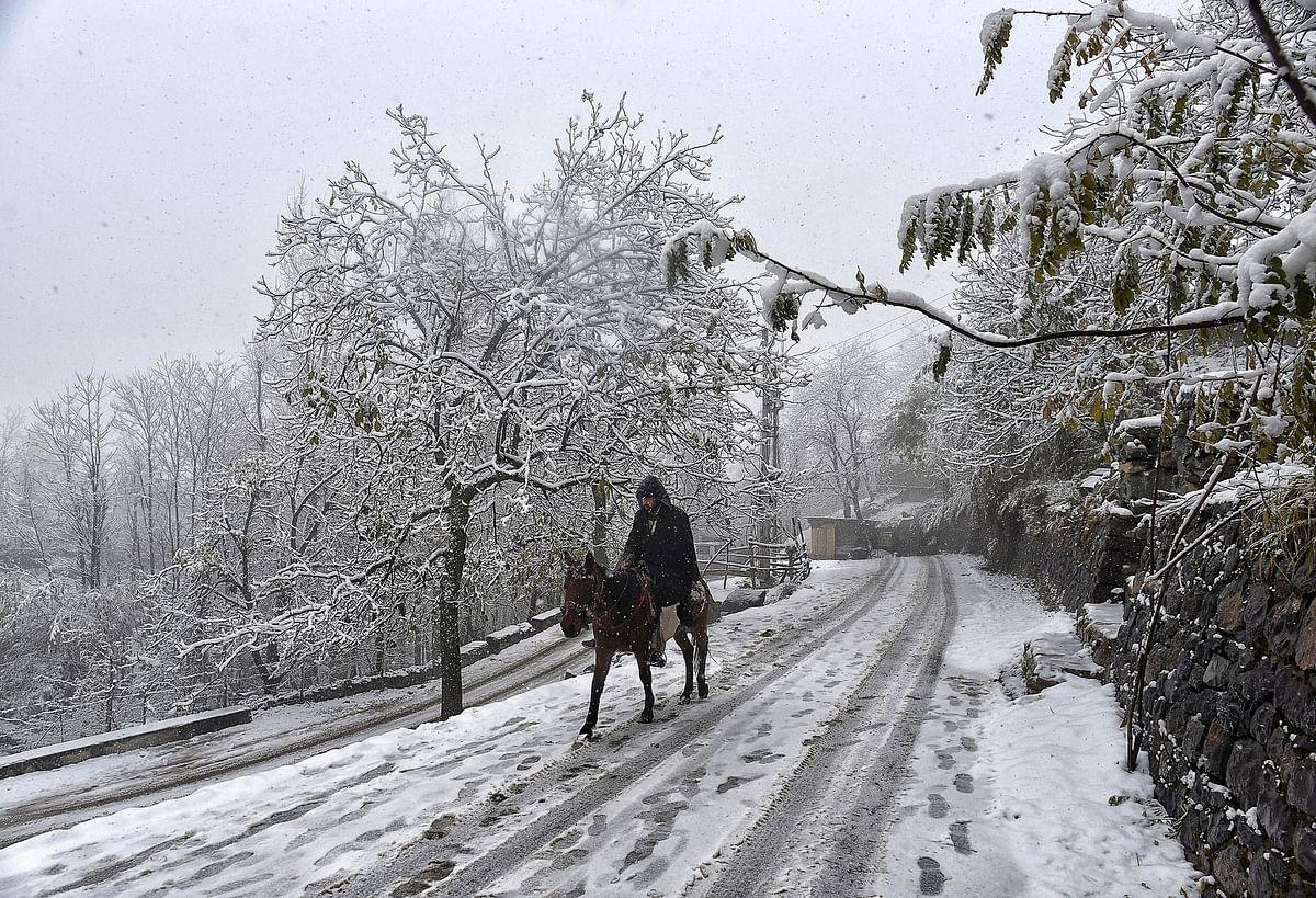 बर्फीले रास्ते में एक राहगीर